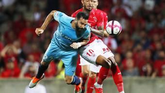 Marseilles Adil Rami (vorne) kommt hier vor Nîmes' Torschütze Denis Bouanga an den Ball