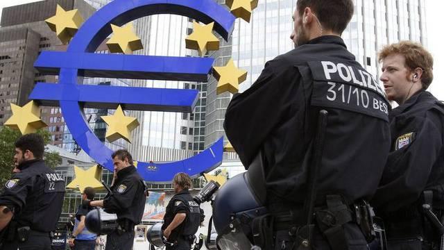 Polizisten vor der Europäischen Zentralbank in Frankfurt