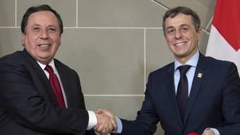 Aussenminister Ignazio Cassis und sein tunesischer Amtskollege Khemaies Jhinaoui nach der Unterzeichnung einer Absichtserklärung bezüglich der internationalen Entwicklungszusammenarbeit.