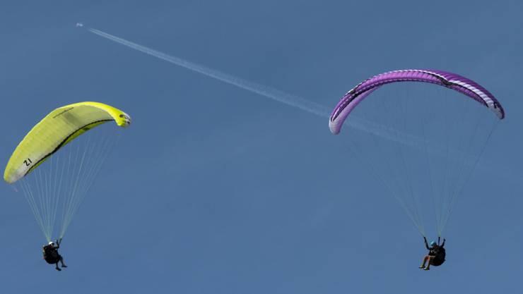 Die Kollision von zwei Gleitschirmfliegern im Kanton St. Gallen ist noch einmal gut ausgegangen: Während der eine auf einer Tanne landete, konnte der andere sicher auf einer Alp landen. Beide blieben unverletzt, lösten aber eine Suchaktion aus.