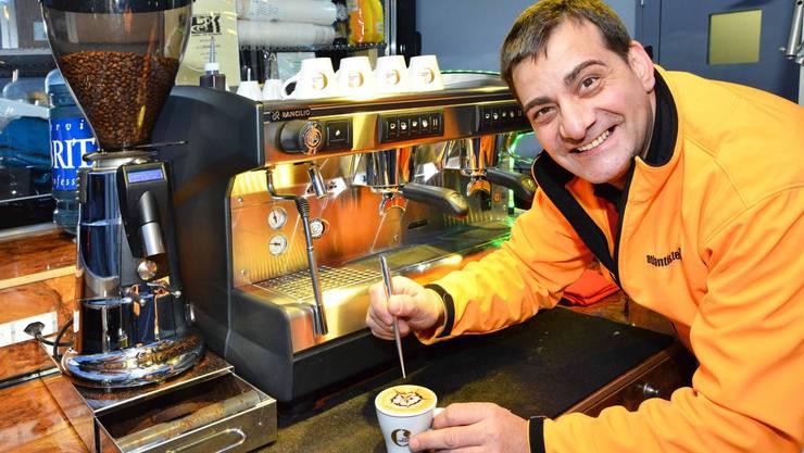 Barista Eugenio Gullo mit einem frisch zubereiteten Cappuccino in seiner mobilen Caffè-Bar Il Cabarolino.