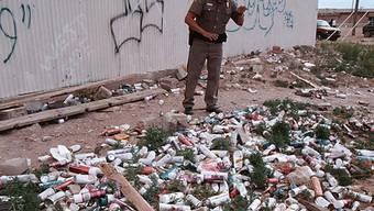 Ein US-Polizist begutachtet den Dosenbierabfall auf einem Reservat (Archiv)