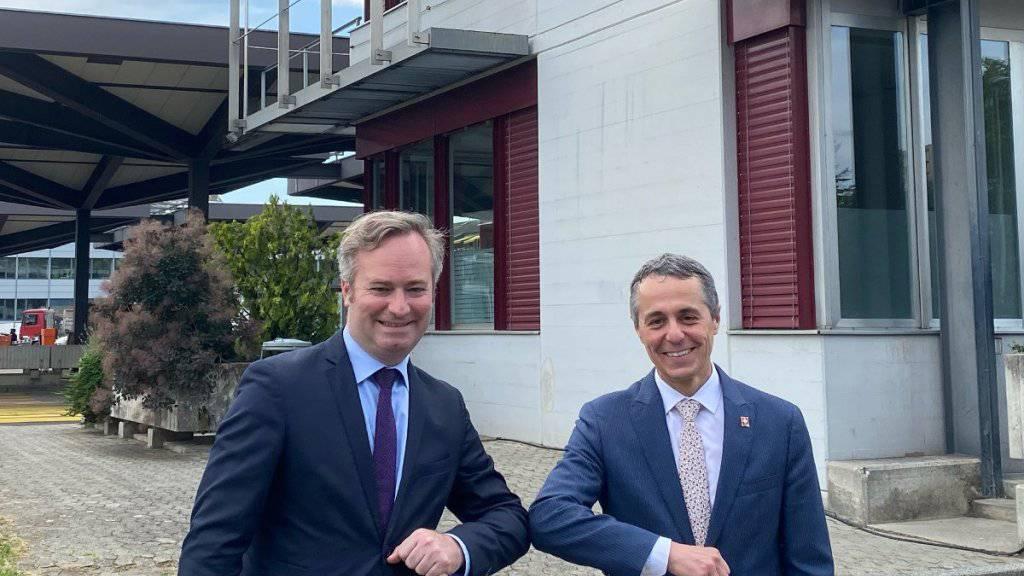Coronavirus-konforme Begrüssung: Der französische Staatssekretär Jean-Baptiste Lemoyne (links) und Bundesrat Ignazio Cassis in Genf.