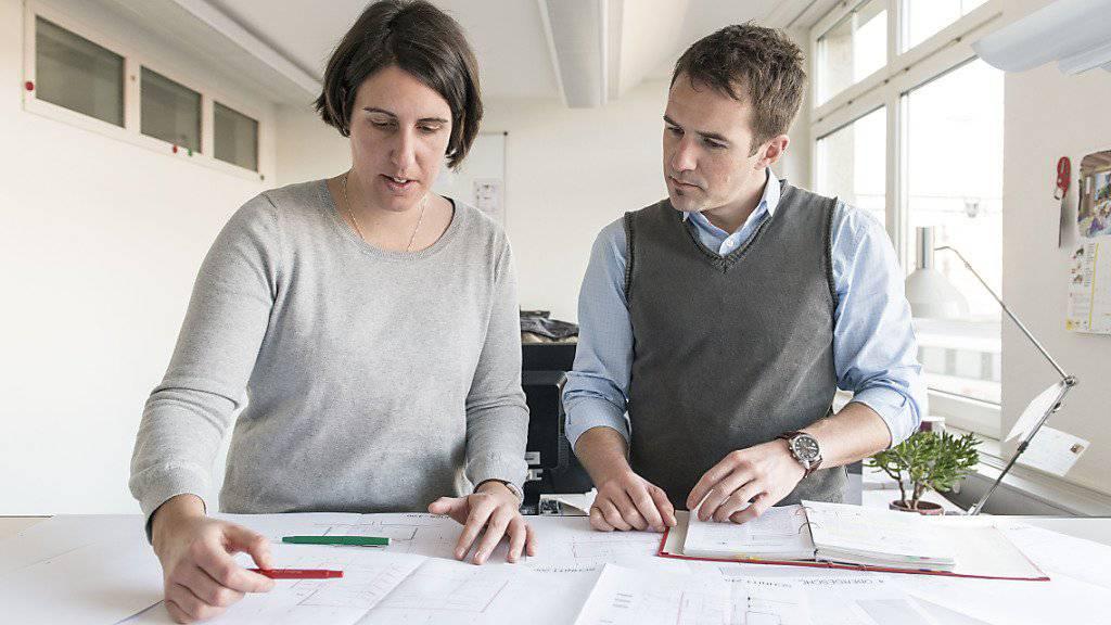 Frau und Mann bei der Arbeit: Für beide brauche es mehr und bessere Teilzeitmodelle, fordern die Autoren einer neuen Studie.
