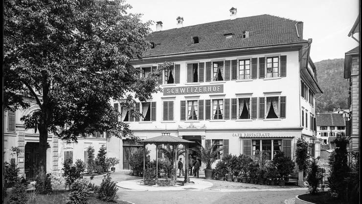 Der Badener Kurplatz mit dem Schweizerhof und dem Staadhof, links hinter der Linde.