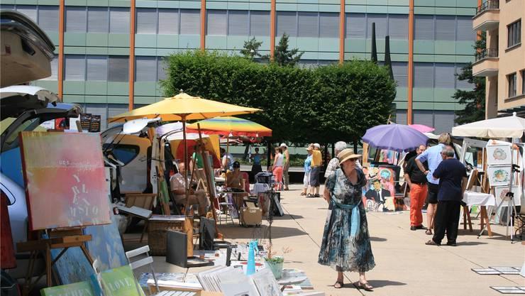 Bunter Anblick auf dem Marktplatz: Das Niveau sei gehoben, fandenam «coffre ouvert» teilnehmende Künstler.