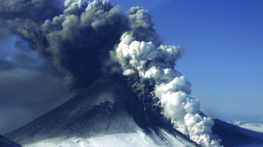 Der über 2500 Meter hohe schneebedeckte Vulkan Pavlof zählt zu den aktivsten Vulkanen in Alaska. (Archivbild)
