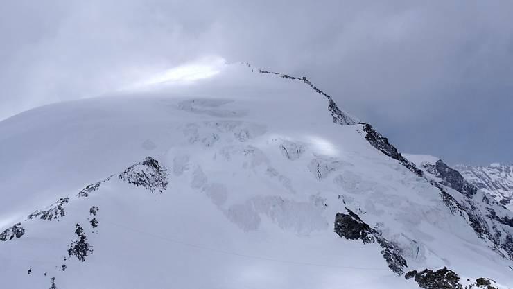Im Gebiet des Pigne d'Arolla mussten über ein Dutzend Skitourengänger wegen eines Wettereinbruchs im Freien übernachten. Mindestens sechs Personen überlebten die Strapazen und die Kälte nicht.