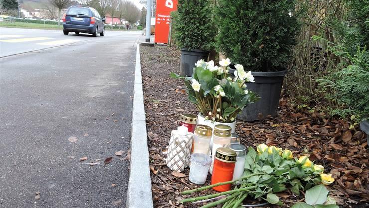 Stille Trauer am Unfallort: Kerzen und Blumen erinnern vor der Denner-Filiale an das Unglück vom Samstag.
