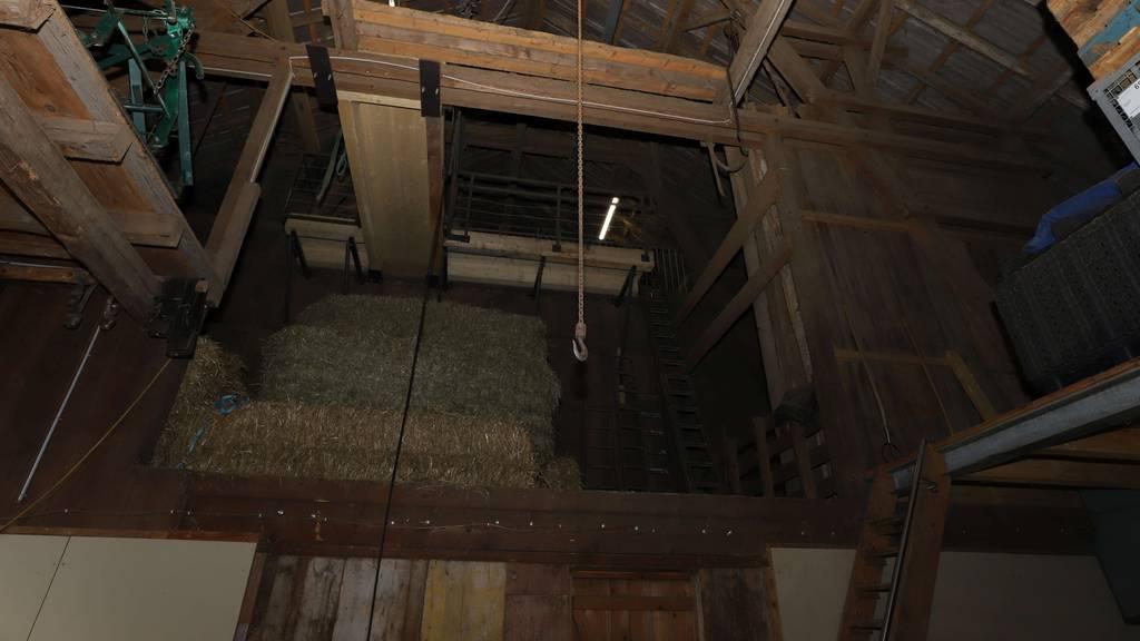 Arbeiter stürzt in Stall acht Meter in die Tiefe