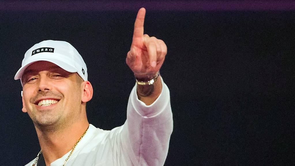 Der österreichische Hip-Hop-Musiker RAF Camora freut sich bei der Verleihung der 1Live Krone in der Jahrhunderthalle über die Auszeichnung in der Kategorie «Bester Hip-Hop Act».
