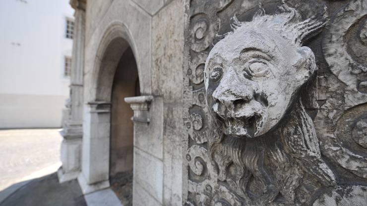 Fratzen, die in die Rathausfassade eingearbeitet sind, sollten früher das Böse fernhalten.  Oliver Menge
