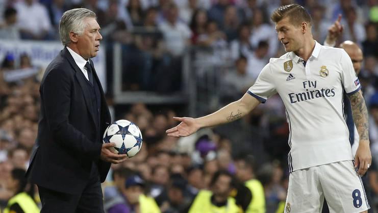 Toni Kroos (27) wechselte 2014 vom FC Bayern München zu Real Madrid. Im Bild mit Bayern-Trainer Carlo Ancelotti.