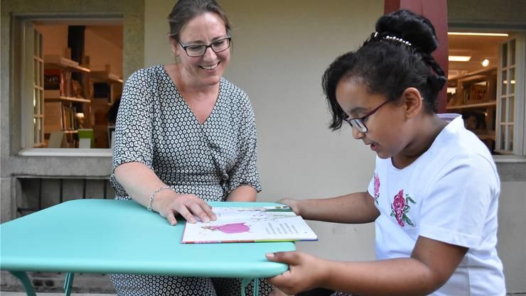 Youmna (rechts) liest ihrer Mentorin Beatrice Baur aus dem von ihr ausgewählten Kinderbuch «Eine Freundin für Prinzessin Isabella» vor.lh