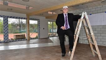 Präsident Adrian Müller freut sich: In drei Wochen ist das neue Klubhaus des TC Bally fertig.