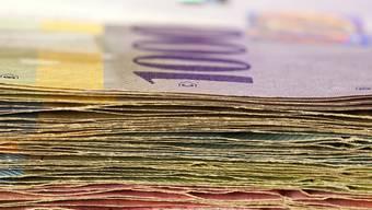 Ein Stapel Schweizer Banknoten - dem Fiskus gehen wegen der Steuerreform grosse Beträge verloren (Symbolbild)
