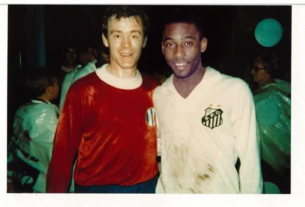 Grosse und noch grössere Fussball-Legenden: Köbi Kuhn mit Pelé nach dem Spiel FCZ gegen Santos.
