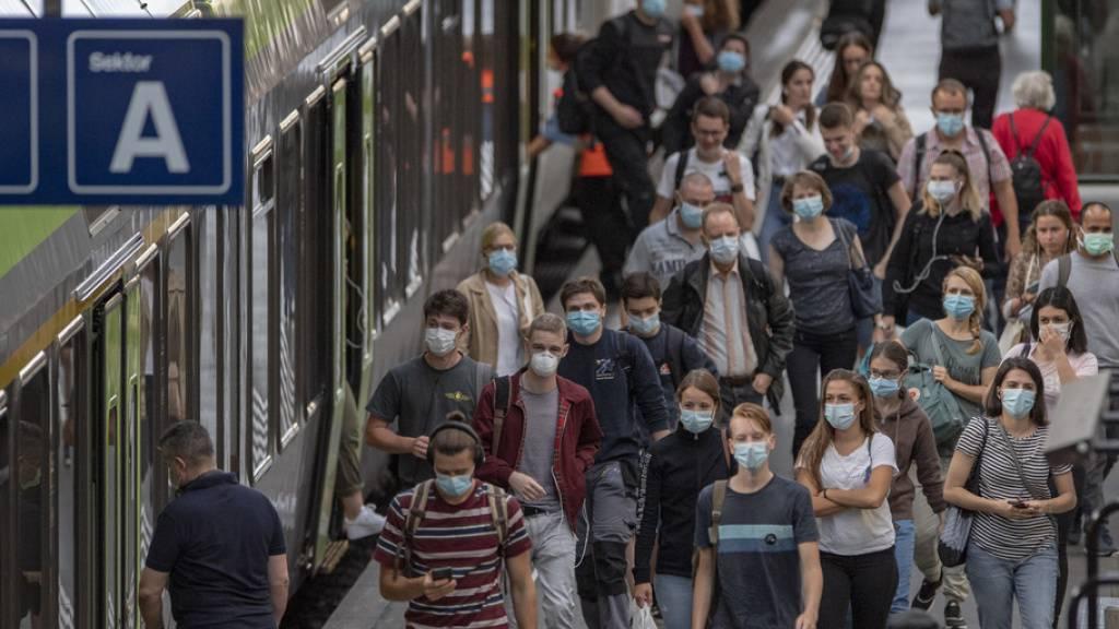 Zugsreisende am 6. Juli 2020 im Bahnhof Luzern. Durchschnittlich lag zu diesem Zeitpunkt in Europa das Passagieraufkommen in der Bahn um 57 Prozent tiefer als im Corona-freien Vergleichszeitraum 2019. (Archivbild)