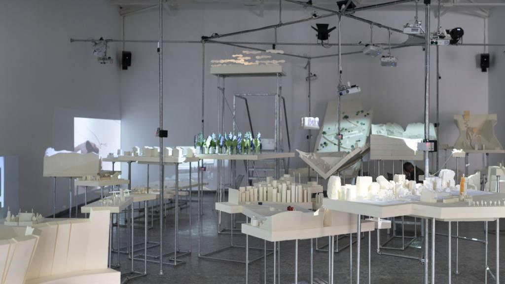 Ein erster Blick in den Schweizer Pavillon an der 17. Internationalen Architekturbiennale in Venedig, die am Samstag eröffnet wird. Die Ausstellung «Orae - Experiences on the Border» setzt sich mit Grenzen auseinander.
