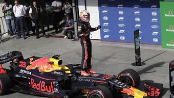 Der Niederländer Max Verstappen freut sich in São Paulo auf seinem Red Bull über seine zweite Pole-Position der Karriere