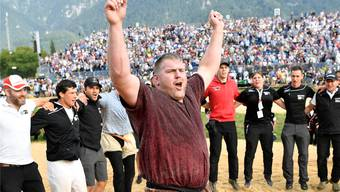 Christian Stucki lässt sich nach seinem Sieg im Schlussgang des Unspunnen-Schwinget von den 15400 Zuschauern kräftig feiern.