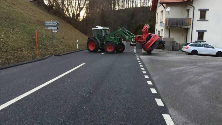 Der Greifarm des Traktors riss das Dach des Personenwagens auf. Dabei wurden die vier Insassen, darunter zwei Kinder, verletzt.