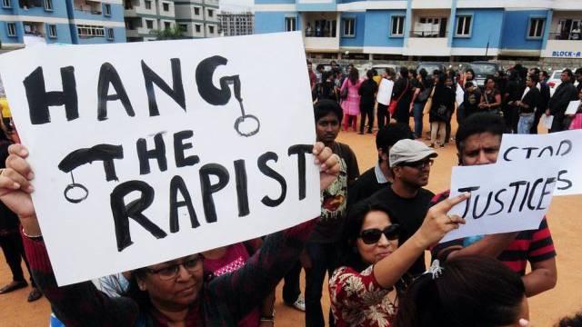 Menschen in Indien protestieren gegen sexuelle Gewalt (Symbolbild)