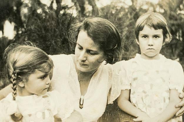 Im Bild: Elsa Brack mit ihren Töchtern Vreni (rechts) und Margrit.