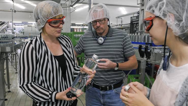 Die Mineralquellen Eptingen haben neue Glasflaschen und eine neue Abfüllanlage. Ein Produktionsfehler des Deckeli-Herstellers führt dazu, dass die Flaschen nur schwer zu öffnen sind. Ende Juli soll das Problem behoben sein.