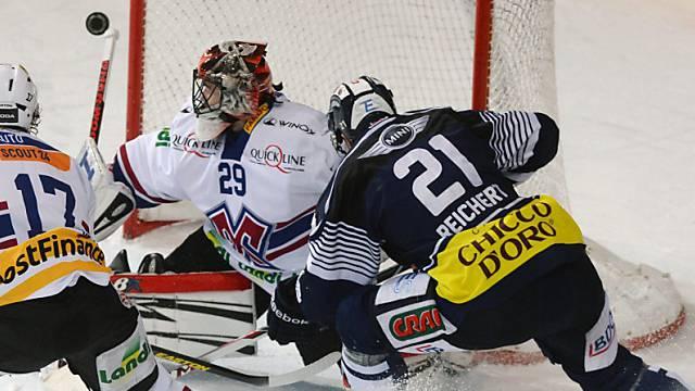 Ambris Marc Reichart (21) bezwingt Biel-Goalie Simon Rytz zum 4:1