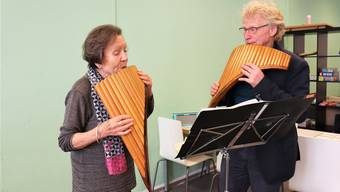 Panflötist Jörg Frei spielt mit seiner Schülerin das Lied «Halleluja». Seit 30 Jahren besucht die Untersiggenthalerin Karin Blaser Freis Unterricht. Sarah Kunz