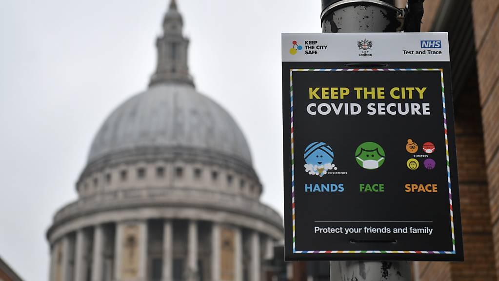 Ein Schild vor der St. Pauls Kathedrale weist auf die coronabedingten Hygienemaßnahmen hin. Der Londoner Bürgermeister Khan hat angesichts beispiellos hoher Infektionszahlen in der britischen Hauptstadt eine Großlage ausgerufen. Foto: Dominic Lipinski/PA Wire/dpa