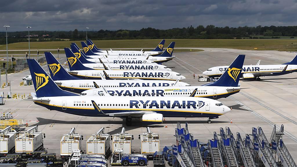 Die Flugzeuge von Ryanair stehen derzeit primär am Boden: Bild vom Flughafen Stansted in Grossbritannien (Archivbild).