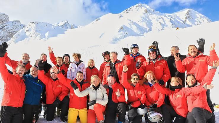 Sichtlich gutgelaunte schweizerisch-britische Parlamentarier an ihrem Skirennen auf Parsenn.