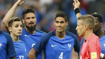 Raphaël Varane mit der Nummer 4 erhält die Rote Karte gezeigt