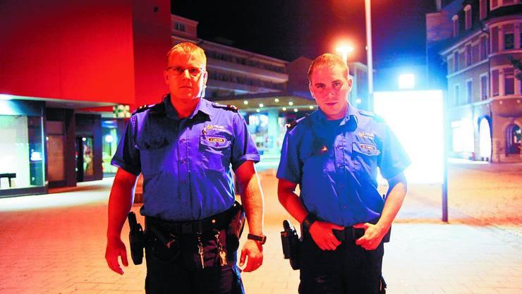 Marktplatz: Die Stadtpolizisten Julien Lischer (links) und Benjamin Fusina während der letzten Schicht vor den Sommerferien.