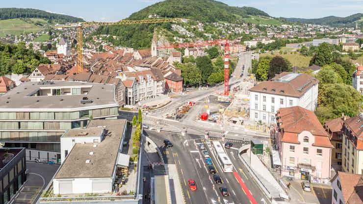 Hier in Baden ist die aktuell teuerste Baustelle des Kantons. Der überlastete Schulhausplatz wird grundlegend saniert. Die Badener müssen noch Geduld haben bis anfang 2018.