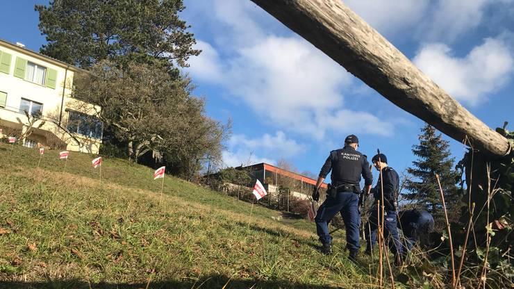 Die Polizisten suchen hier das Nachbargrundstück ab. Die 66-Jährige wurde vor dem Haus im Hintergrund (Erlinsbacherstrasse 40) gefunden.