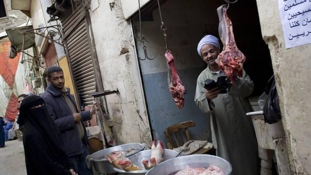 Metzgerstand in einer Gasse in Kairo