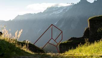 Tor, Berg oder illusionistisch gezeichnetes Fantasiegebäude? Raumzeichnung aus Metall von Alex Dorici.