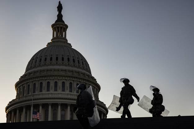 Tausende schwer bewaffnete Nationalgardisten sichern das Gebäude aussen und innen.