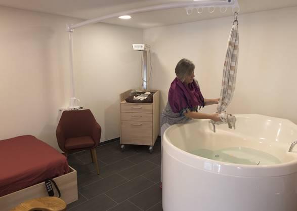 Gebärende Frauen sind selbstbestimmter und haben präzise Vorstellungen an ihre Geburt. Blick in ein Gebärzimmer des Geburtshauses der Maternite Alpine in Zweisimmen.
