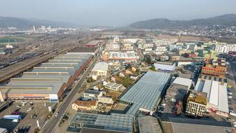 Blick auf das Industriegebiet Silbern in Dietikon: Den dort angesiedelten Unternehmen fehlt Raum für Wachstum. Einige überlegen sich daher eine Standortverlegung.