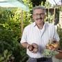 Reiche Ernte: Alois Steinger freut sich über frohen Wuchs in seinem Garten.