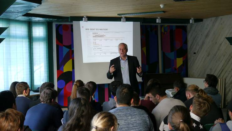 Walter Steinmann, Direktor des Bundesamts für Energie, stellt sich den Schüler-Fragen.