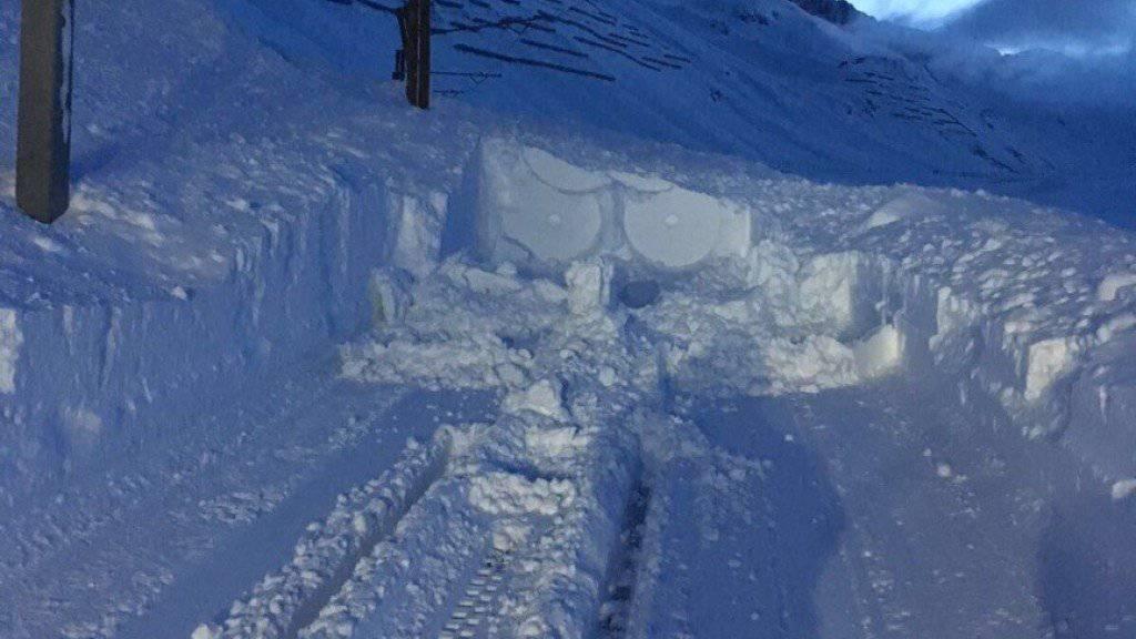 Meterhohe Schneemassen verschütten am Oberalp die Geleise der Matterhorn Gotthard Bahn. Voraussichtlich am Freitagmorgen ist die Strecke wieder offen.