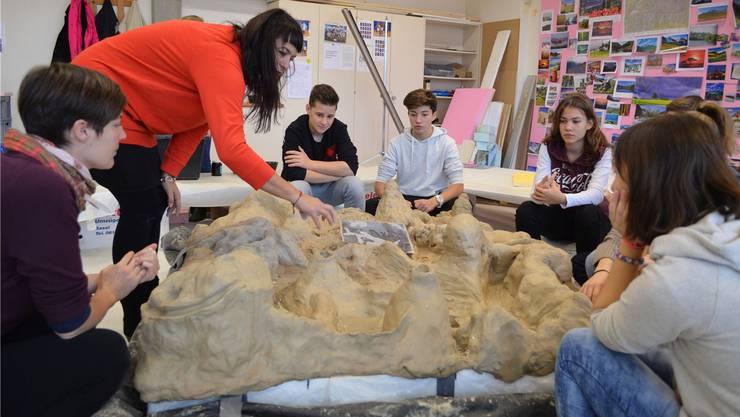 Künstlerin Sonja Feldmeier (im roten Pulli) hat ihr Atelier für sieben Wochen in die Bezirksschule Schinznach verlegt.