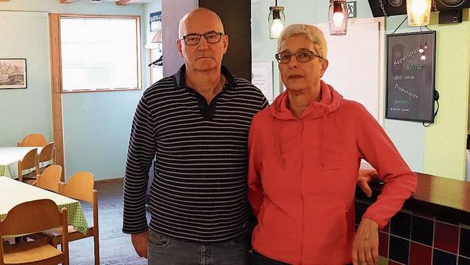 Hans Heim und seine Frau Elvira Heim im vom Verein «Flickstatt» neu eröffneten Lokal.