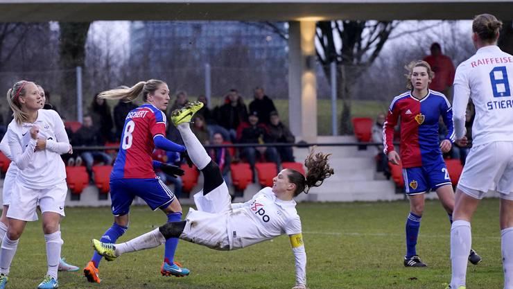 Zürichs Fabienne Humm (Captain) ist vor der FCB-Spielerin Kerstin Boschert (links) am Ball.