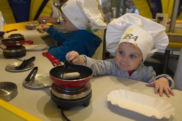 Ein kleiner Koch am IBA-Stand